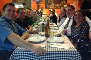 A família toda reunida celebrando 1 ano do espaço Piazza Zini!
